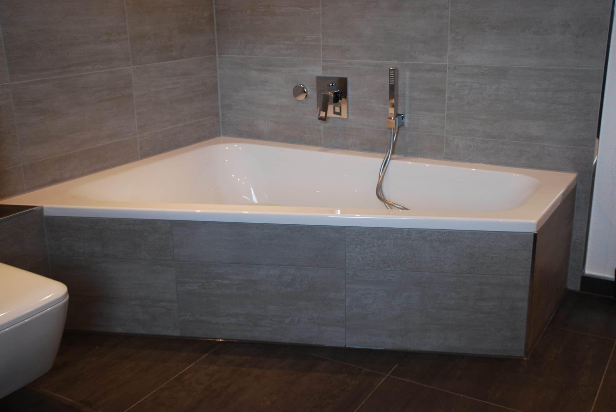 Badewanne in Grautönen. Badsanierung