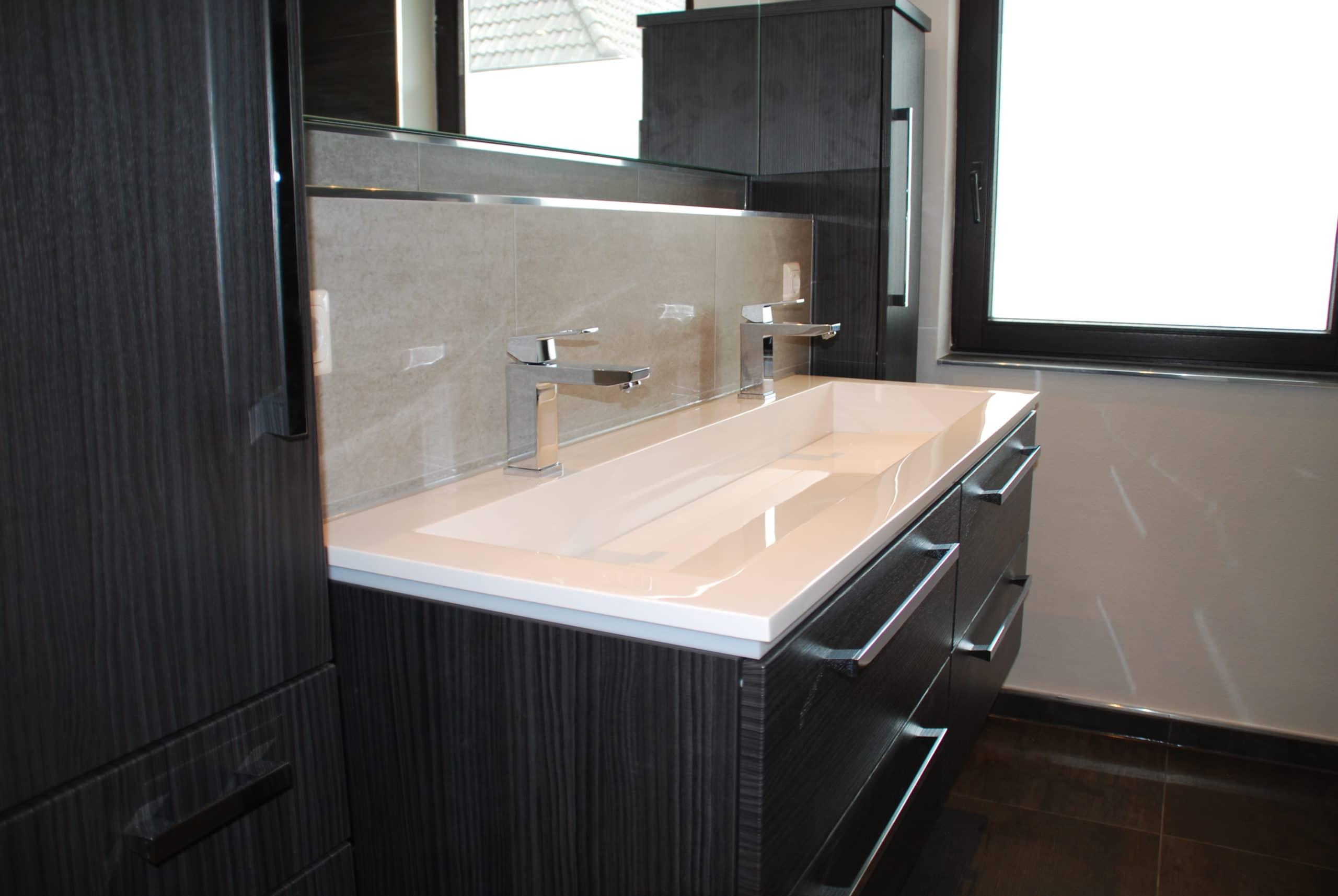 Badsanierung mit graue Badezimmermöbel